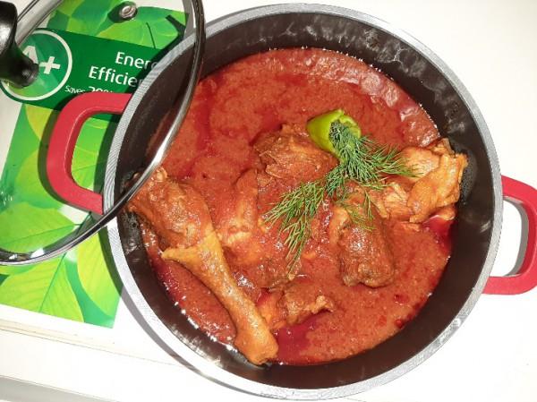 Kippensaus met tomaten