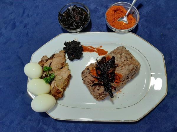 Ayimolou met vlees of vis of ei
